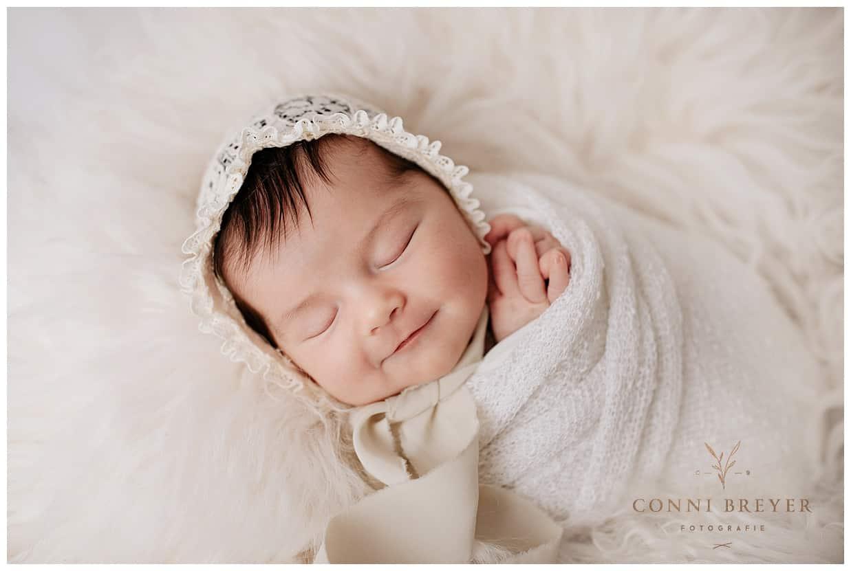 Newborn Foto schlafendes Mädchen in süßer Pose bei Markdorf - conni breyer fotografin
