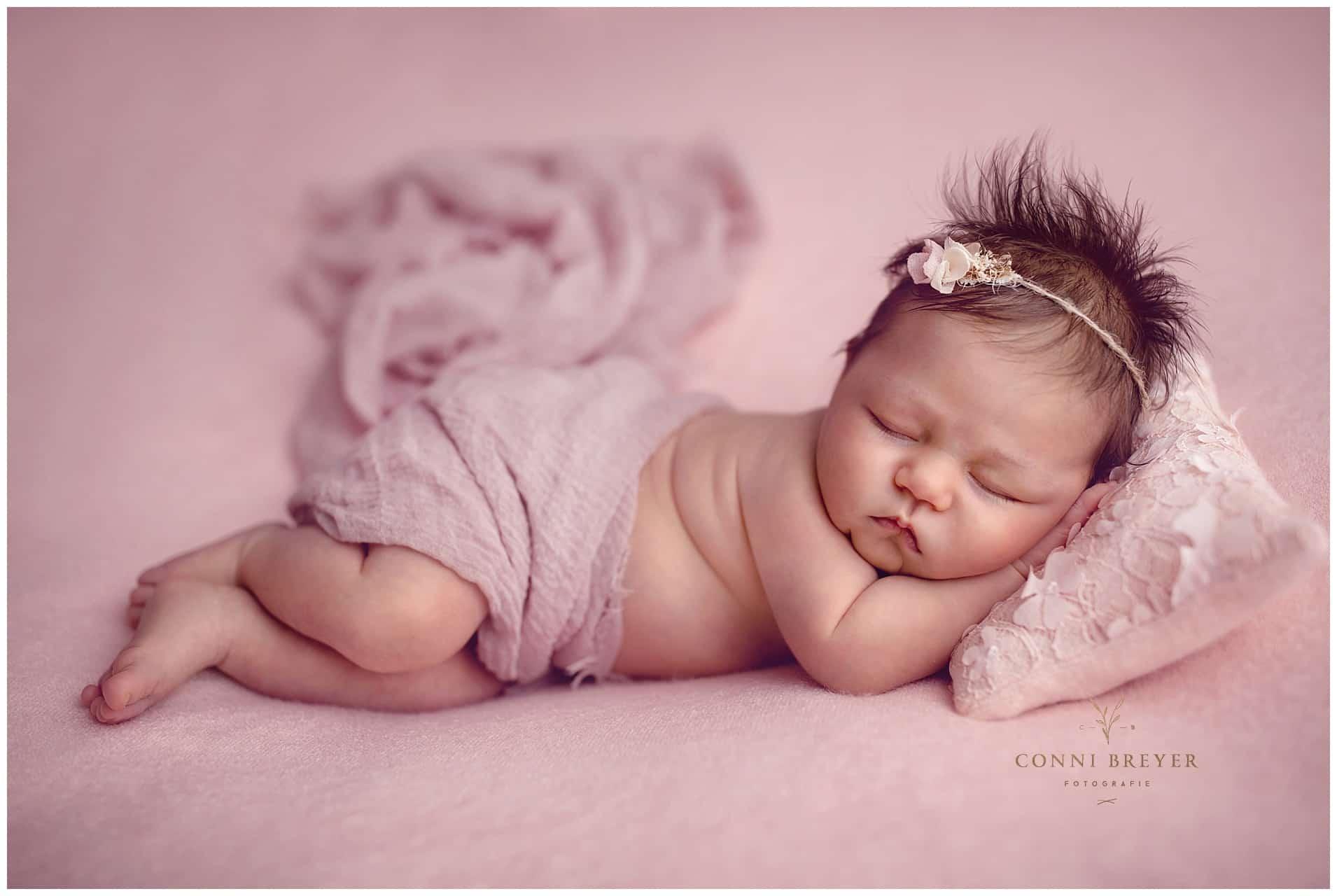 Babyshooting bei Ravensburg in Rosa mit schönen Accessoires - Conni Breyer Fotografin