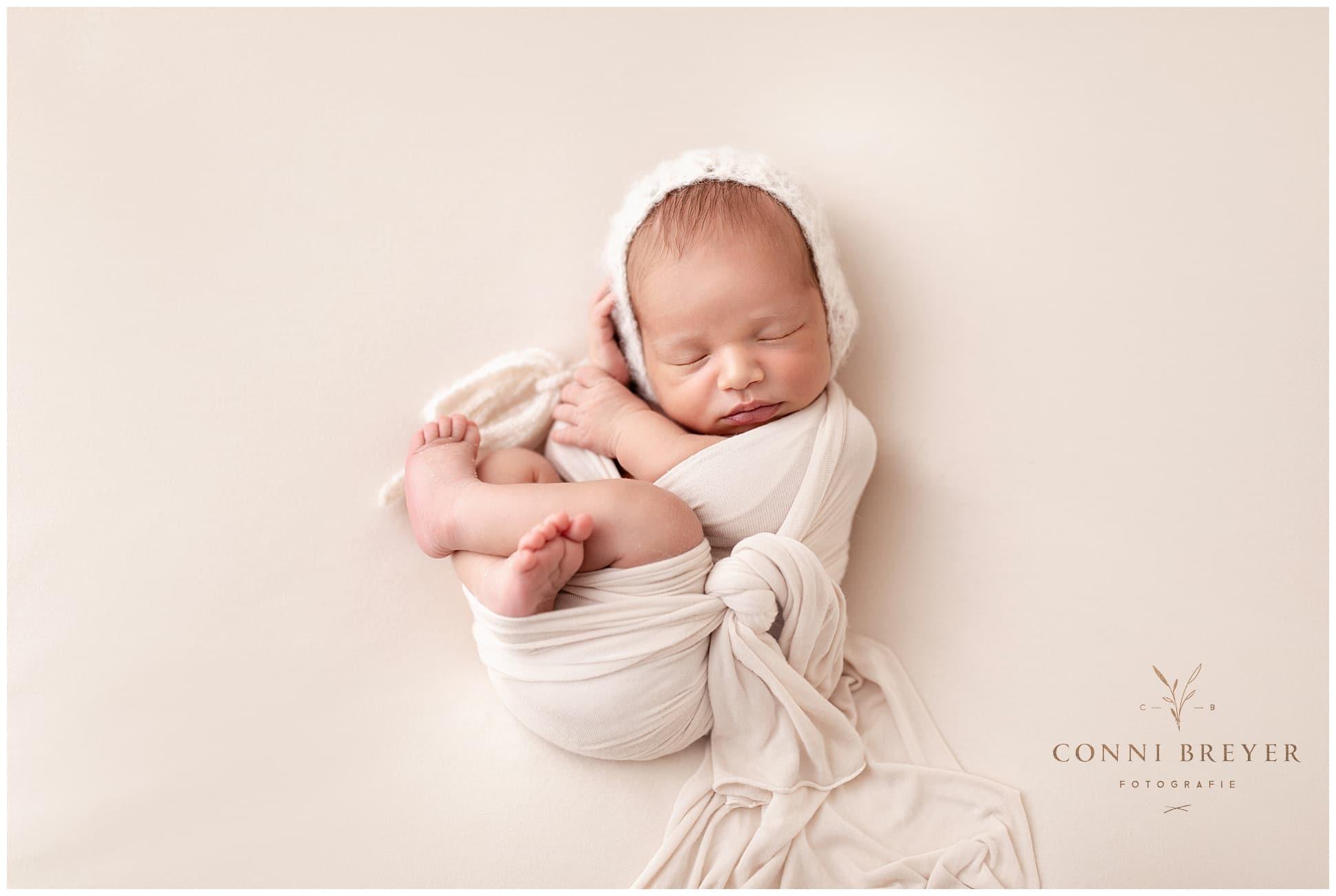 neugeborenen Fotoshootings zeitlos in naturfarben mit schöner Pose bei Wangen im Allgäu - conni breyer fotografie